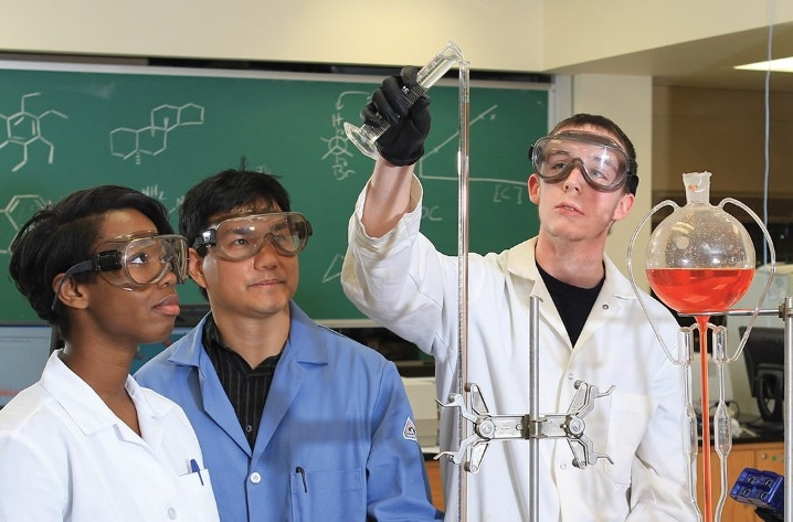 Chemistry-Lab-Students-bmhl2139